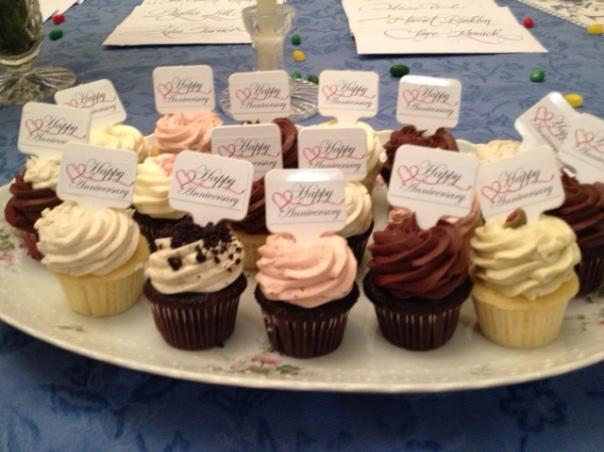 cupcakes saying happy anniversary