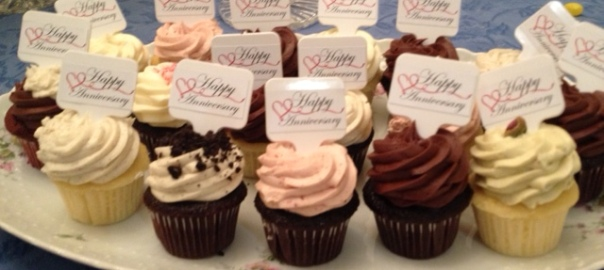 cupcakes saying happy anniversary